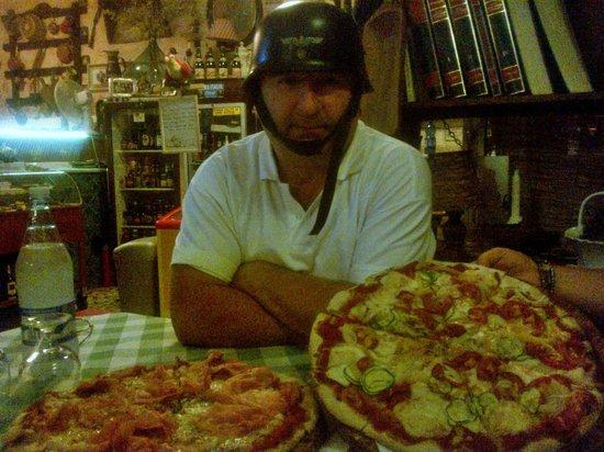 Камайоре, Италия: Il mitico pizzaiolo e le sue creazioni!!!