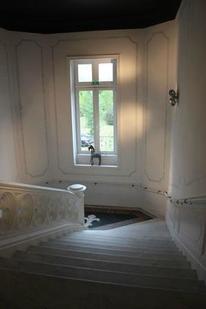 Domaine de Brandois: Staircase with poorly installed handrail