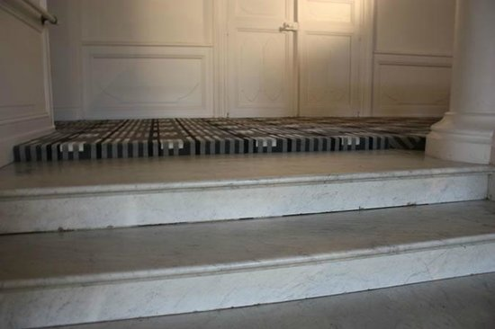 Domaine de Brandois: Tripping hazard at the top of the marble staircase