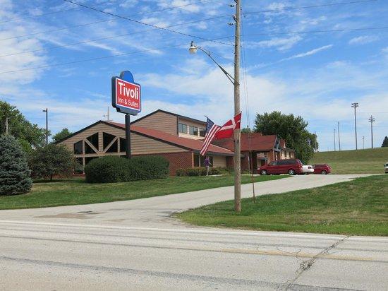 Tivoli Inn & Suites: Hotellet set fra vejen