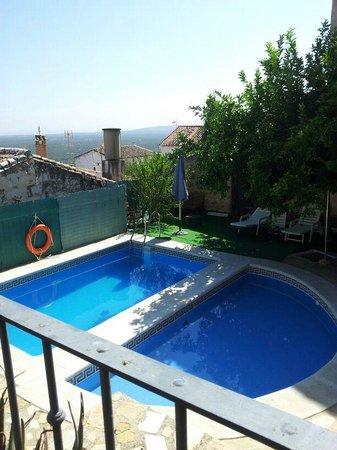 Hotel Palacio Guzmanes: 2 piscinas, ideal para niños la semicircular.