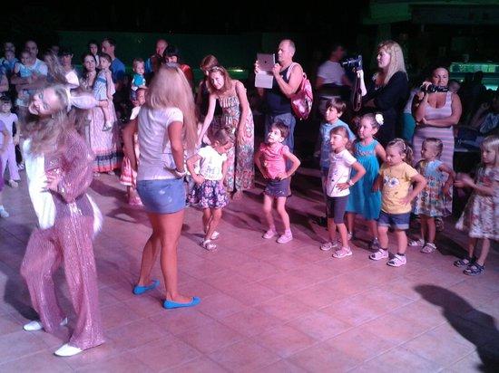 Club Salima: Mini disco - kids dance as girls from Mini club lead