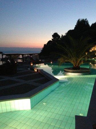 Blue Green Bay: piscina in versione notturna