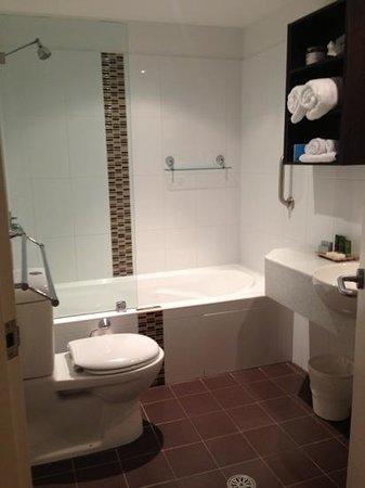 Mantra Quayside Apartments Port Macquarie : studio bathroom