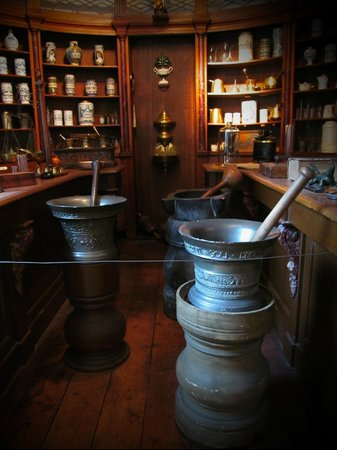 Museum Gouda: old interior of pharmacy