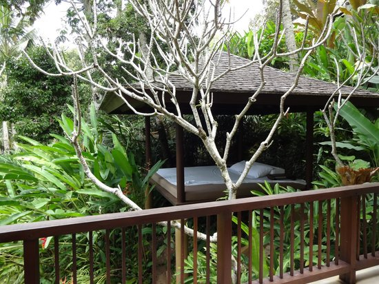 COMO Shambhala Estate: Own private daybed on lower level of villa