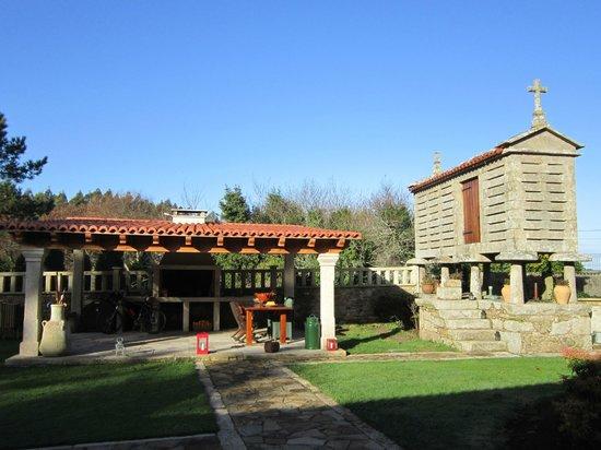 Casa de Lema : vista de los jardines, asador y horreo
