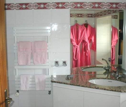 Le Nid a Bibi : salle de bains rose