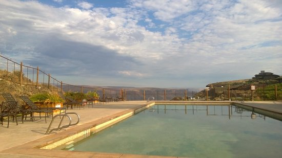 Cave B Estate Winery & Resort: Breakfast by the pool . . . enjoying the view