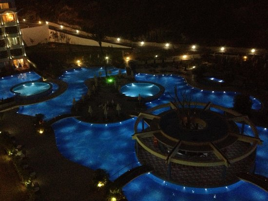 Atrium Platinum Hotel: Pool at night