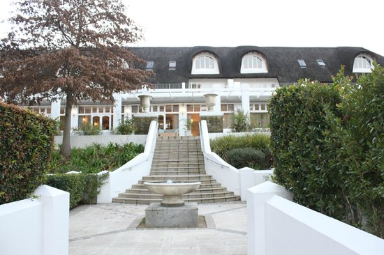 Le Franschhoek Hotel & Spa: View of hotel from pool area