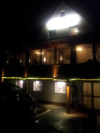 Hotel & Hostel Hallbergerhof: night time view of the outside of the hotel