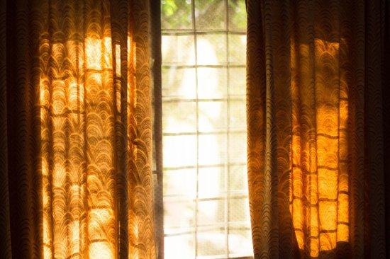 ChristVille Homestay: Petite fenêtre agréable où passe souvent la lumière