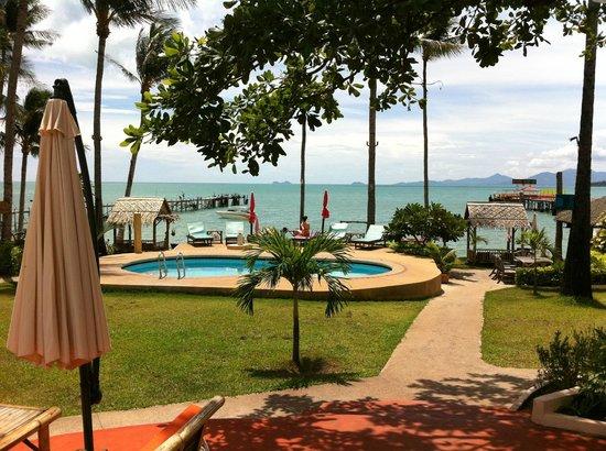 Samui Pier Resort: Tuin, zwembad, strand