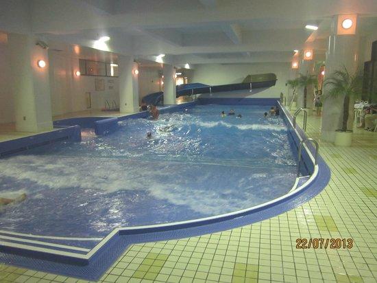 Rusutsu Resort: Бассейн внутри здания