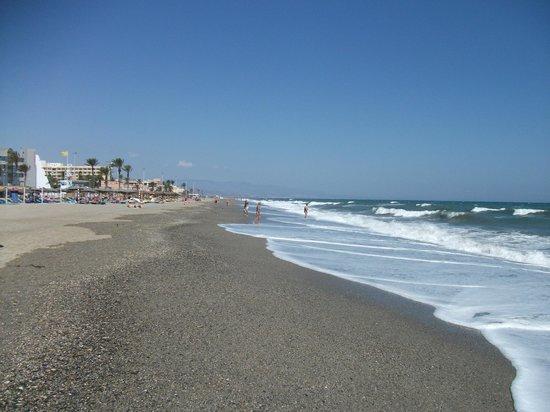 Protur Roquetas Hotel & Spa: looking left on beach