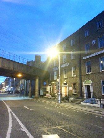 Isaacs Hostel: A entrada é embaixo do viaduto...