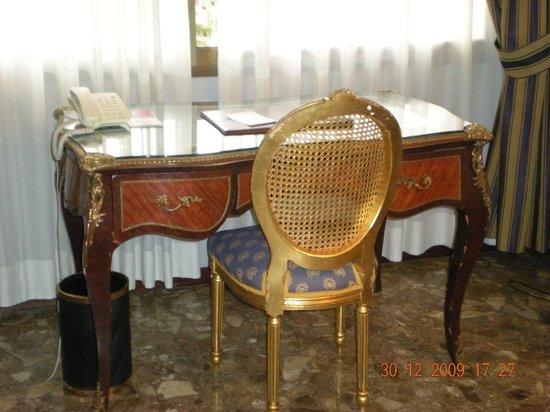 Foxa 32 Suites: muebles de estilo clasico muy bien conservados