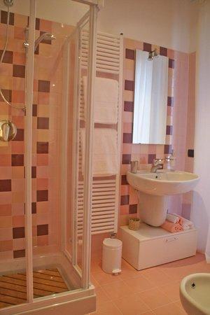 Nel Cortile: bagno rosa