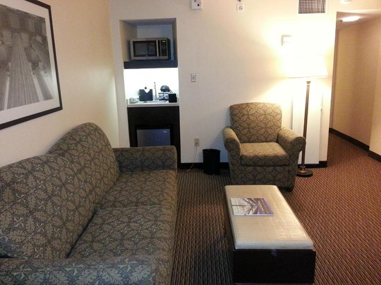 Embassy Suites by Hilton Tysons Corner : Wetbar with mini fridge and microwave