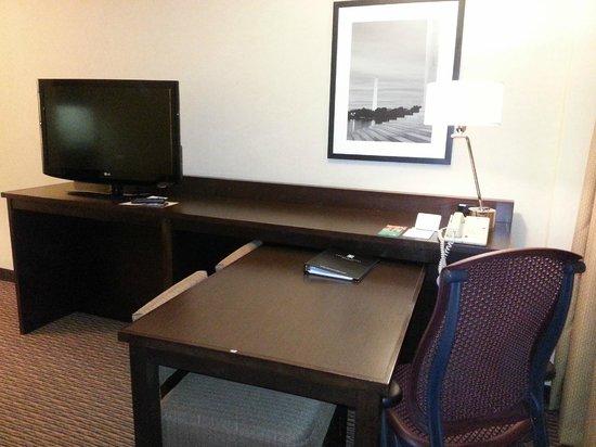 Embassy Suites by Hilton Tysons Corner : TV and desk in livingroom