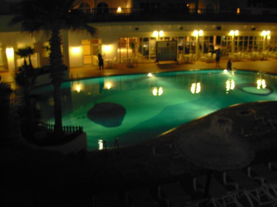 Prinsotel Alba Hotel Apartments: Night view of pool
