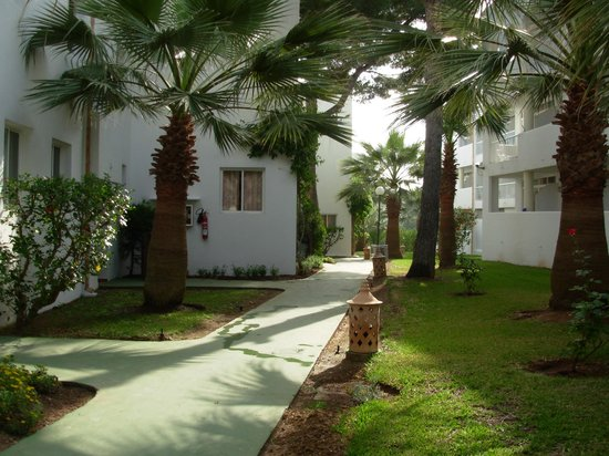 Prinsotel Alba Hotel Apartments: Walk way behind our apartment