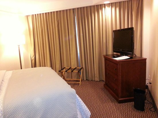 Embassy Suites by Hilton Tysons Corner : Spacious bedroom