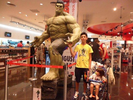I miei figli al Virgin Mega Store  - Foto de The Dubai Mall