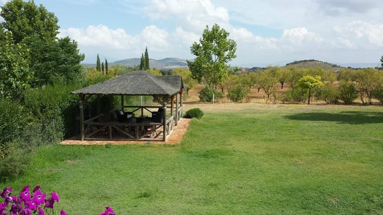 Hotel Rural La Paloma: Garden with lounge area.