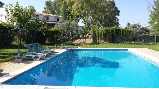 Hotel Rural La Paloma : View of hotel from poolside