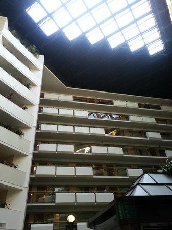 Embassy Suites by Hilton Tysons Corner : Atrium