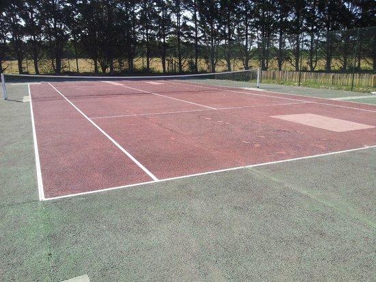 Camping Bel Air : Terrain de tennis délabré