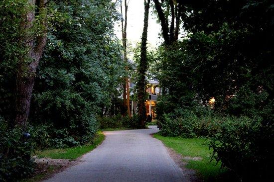 NH Heemskerk Marquette: camino que lleva al hotel