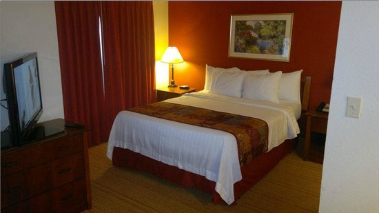 Residence Inn Boston Andover: Bed & TV