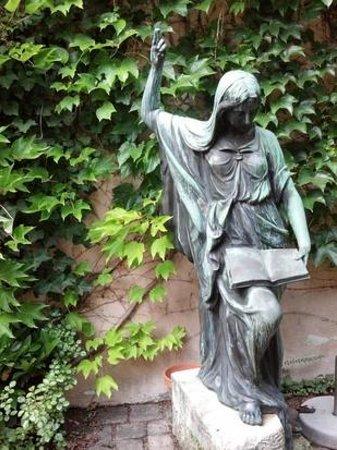 Baldreit: Statue im Innenhof