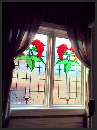 By The Park Bed and Breakfast: Beautiful windows on the landing up to the loft