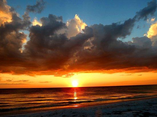 Tradewinds Beach Resort : Grand Sunsets