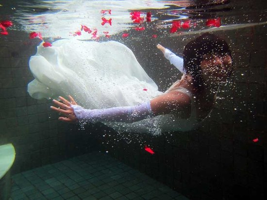 Villa Semana : The wife swam in a wedding dress