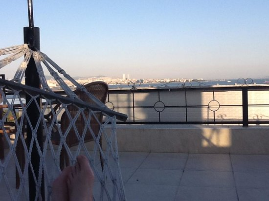 Hotel Peninsula : Chilling on the hammocks on the rooftop