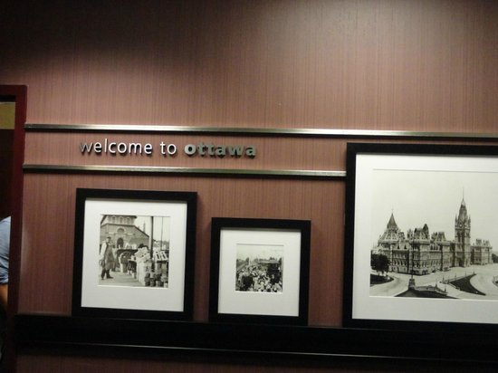 Hampton Inn by Hilton Ottawa: Behind front desk