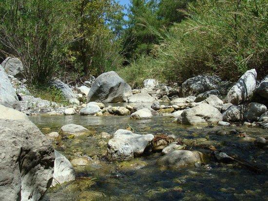 Mirtos, اليونان: la rivière en haut de la gorge