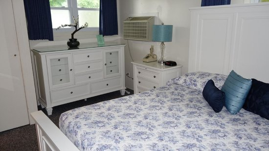 East Hampton House: Bedroom with 2 spacious Chest of Drawers
