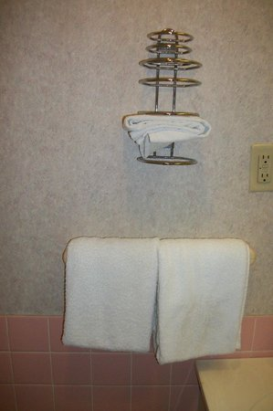 Howard Johnson Inn North Bay: Towel comparison