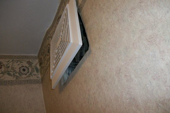 Howard Johnson Inn North Bay: Fan cover would not go in