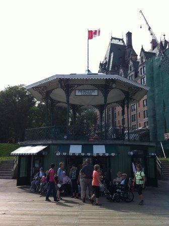 Hotel Terrasse Dufferin : Kiosque de la Terrasse Dufferin (en face)