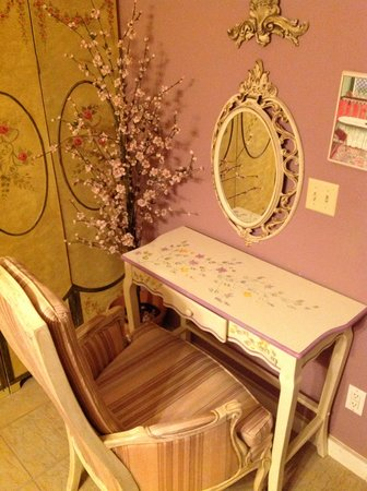 Casa Coquina Bed and Breakfast: dressing table in Ruby Suite powder room