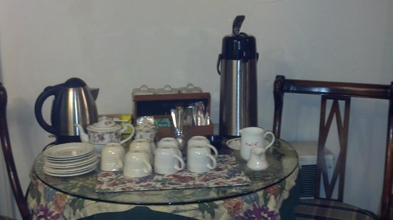 Oakland Cottage B&B: Coffee/Tea Station