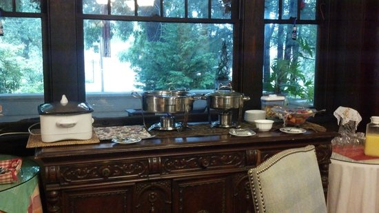 Oakland Cottage B&B: Breakfast Buffet Table