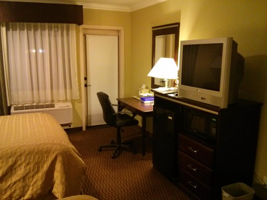 Econo Lodge Inn & Suites: Work Desk, TV